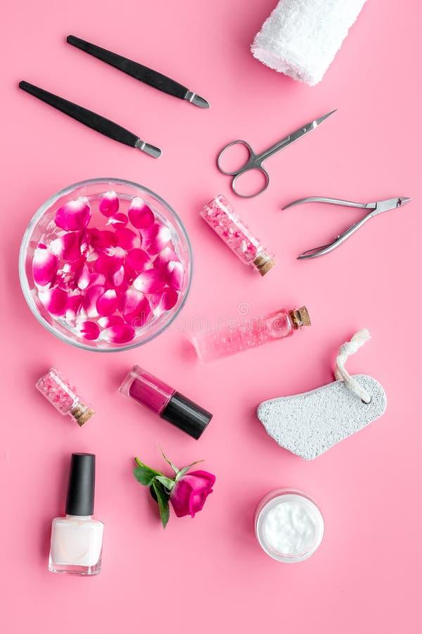 Équipement de manucure avec le vernis à ongles et la vue supérieure de fond de rose de pétales de rose photo libre de droits