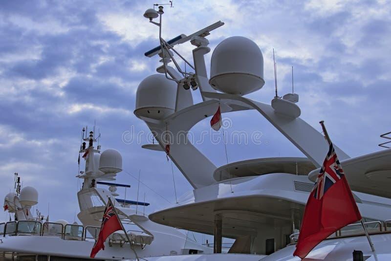 Équipement de navigation installé dans la poupe d'un grand yacht de luxe Début de la matinée dans le port du Monaco Concept de co images stock