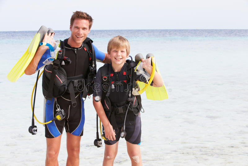 Équipement de plongée à l'air d'And Son With de père des vacances de plage photo libre de droits