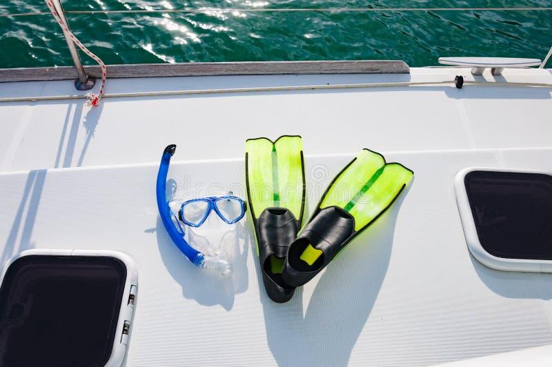 Équipement de prise d'air sur la plate-forme de luxe de yacht Lunettes et lim bleus images libres de droits