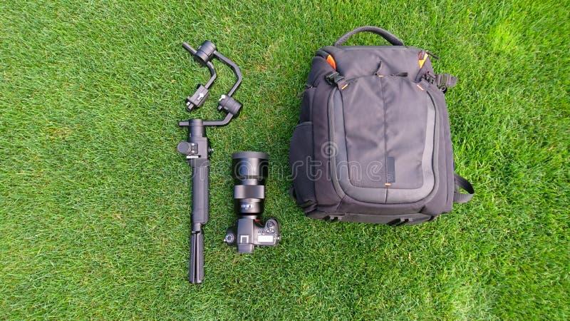 Équipement de production de caméra et de vidéo sur l'herbe photos stock