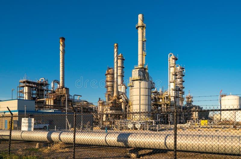 Équipement de raffinage chimique à une usine images stock