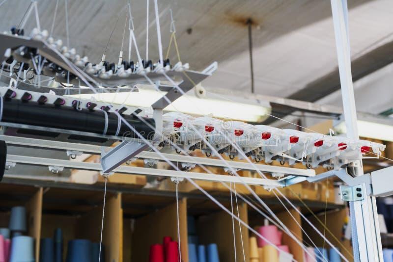 Équipement de rebobinage à la vue de tricotage de boutique photos stock
