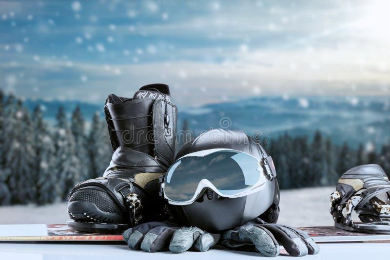 Équipement de sport d'hiver sur le fond de forêt d'hiver photo stock