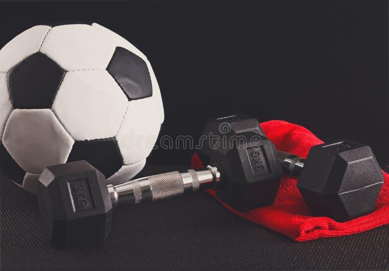 Équipement de sport sur le fond noir, l'espace de copie photo libre de droits