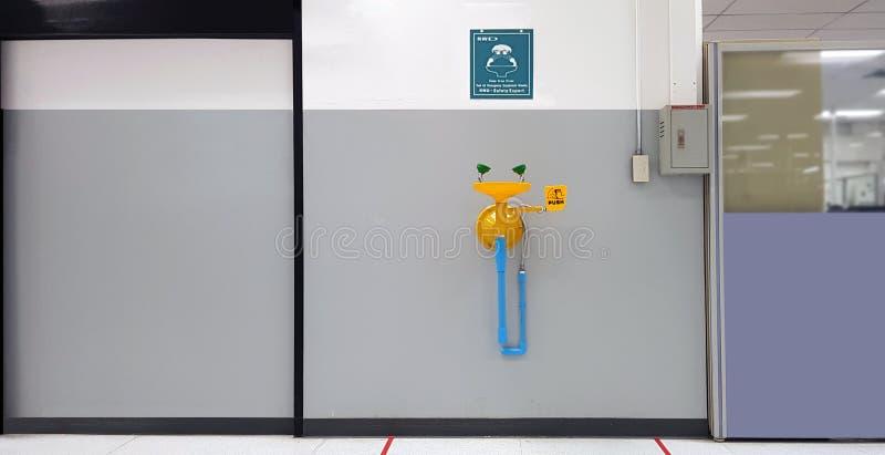 Équipement de station de lavage oculaire d'urgence jaune avec dispositif de signalisation de sécurité pour accident chimique ou c images stock