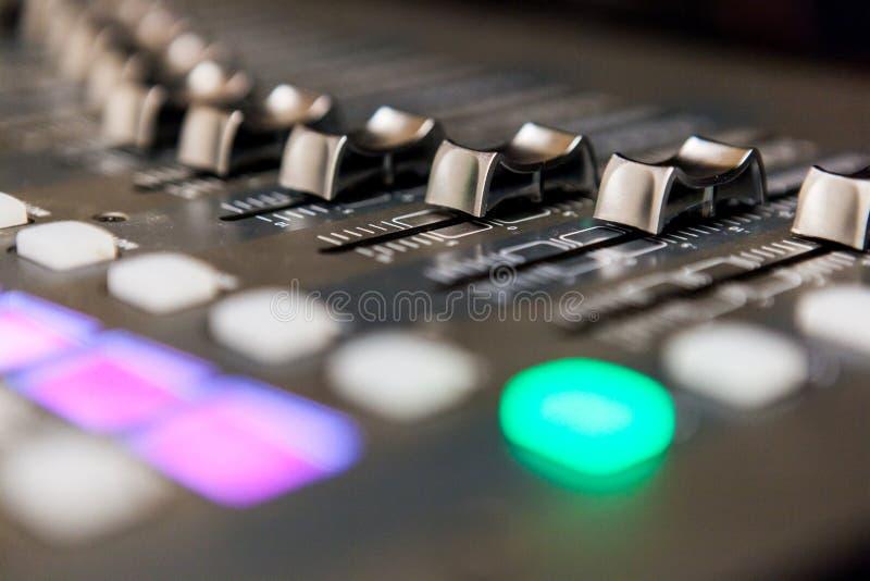 Équipement de studio d'enregistrement console sonore mélangeant le studio professionnel TV images stock