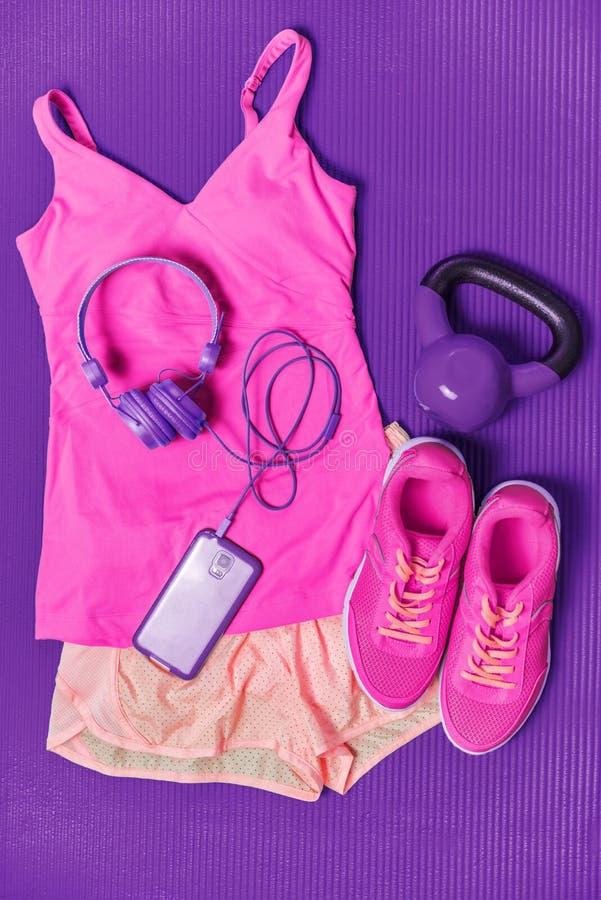 Équipement de vêtements de forme physique d'Activewear - habillement assorti de mode rose mignonne pour la formation de fille ave photos stock