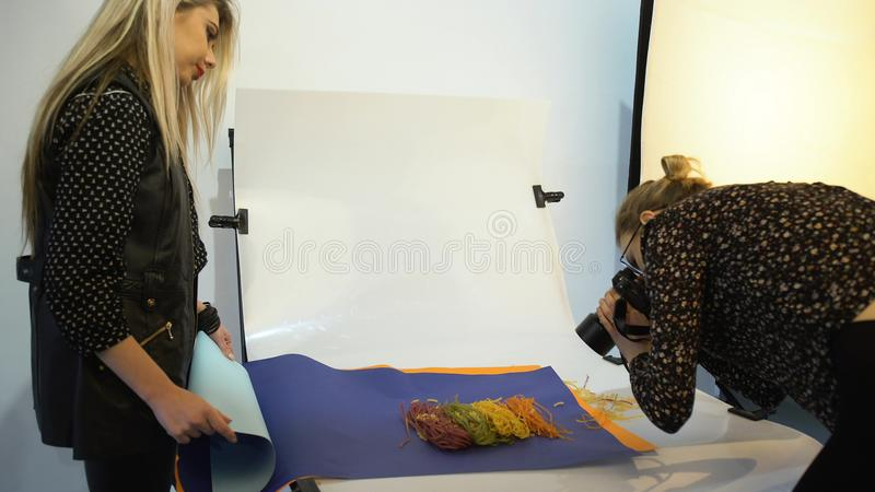 Équipement des coulisses d'appareil-photo de photographie de nourriture photographie stock