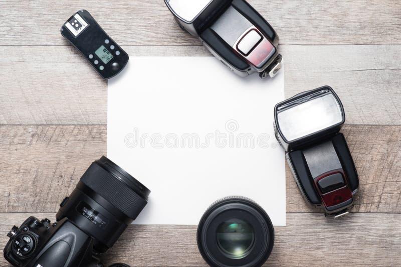 Équipement du ` s de photographe sur le plancher dans une chambre avec l'espace de copie images stock