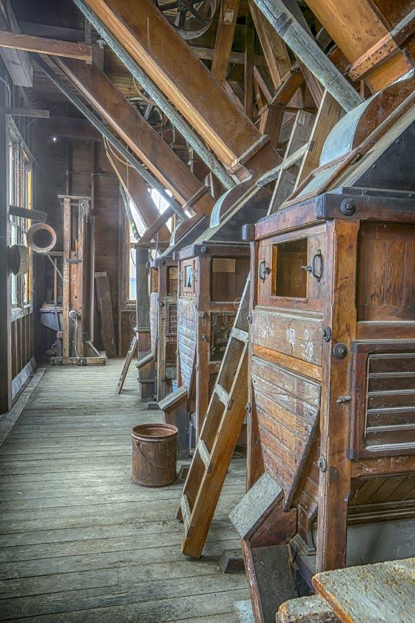 Équipement en bois antique de moulin de blé à moudre photographie stock libre de droits