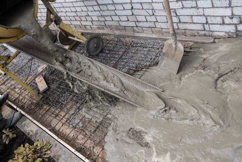 Équipement et construction d'un passage couvert concret de pavage autour de t photographie stock