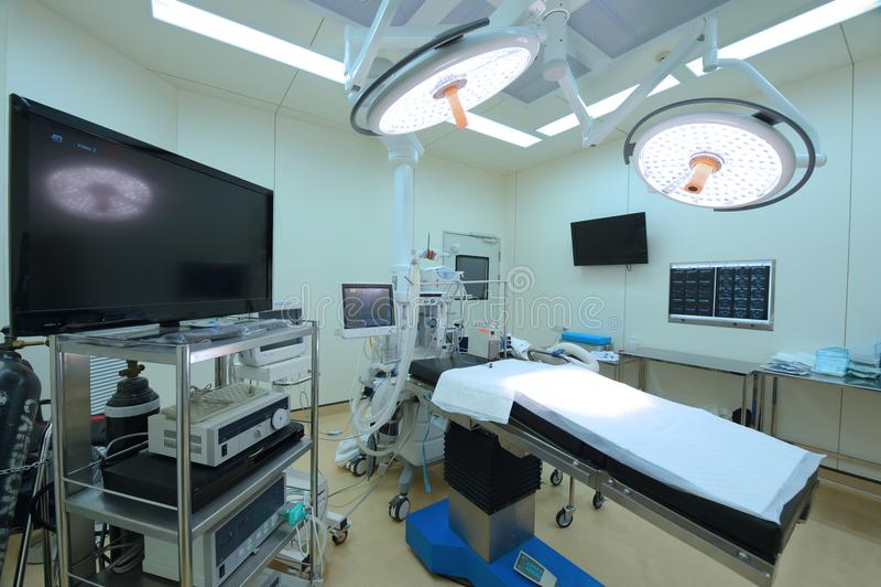Équipement et dispositifs médicaux dans la salle d'opération moderne photo stock