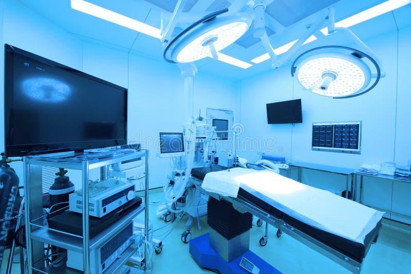 Équipement et dispositifs médicaux dans la salle d'opération moderne photo libre de droits