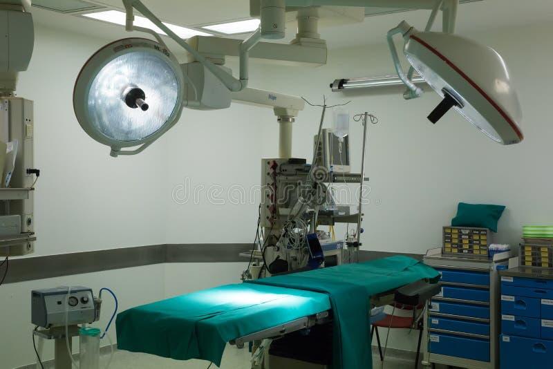 Équipement et dispositifs médicaux dans la salle d'opération moderne photographie stock libre de droits