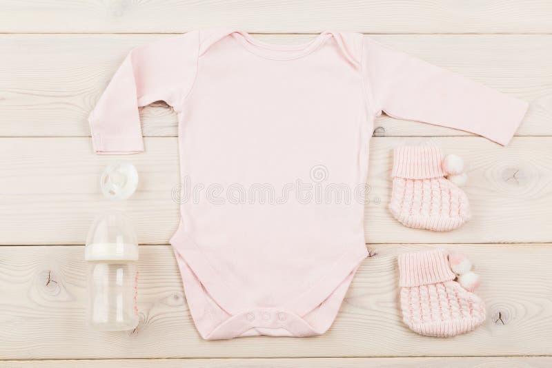 Équipement et simulacres de bébé images stock