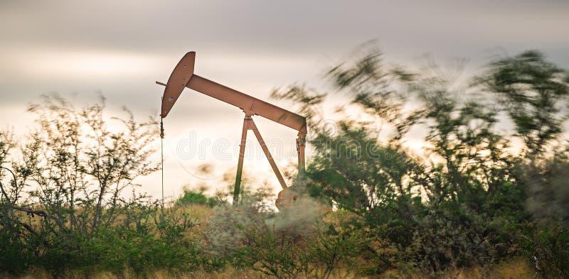 Équipement fracking de puits de pétrole et de gaz dans le domaine image stock