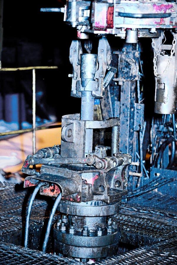 équipement industriel pour la révision de puits de pétrole photos stock