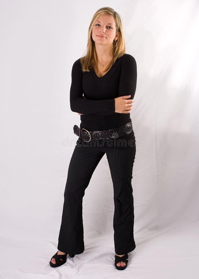 Équipement intégral de noir de verticale de jeune femme blonde photographie stock libre de droits