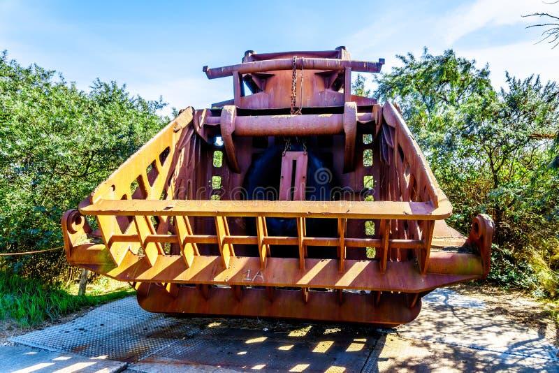 Équipement lourd utilisé pour la construction de la barrière de montée subite de tempête des travaux de delta photographie stock libre de droits