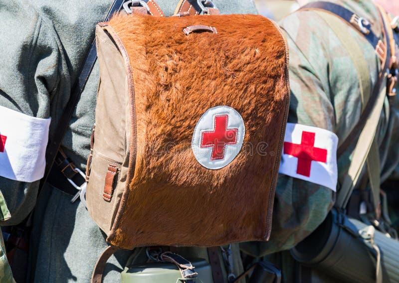 Équipement militaire allemand d'infirmier avec un brassard de Croix-Rouge images libres de droits