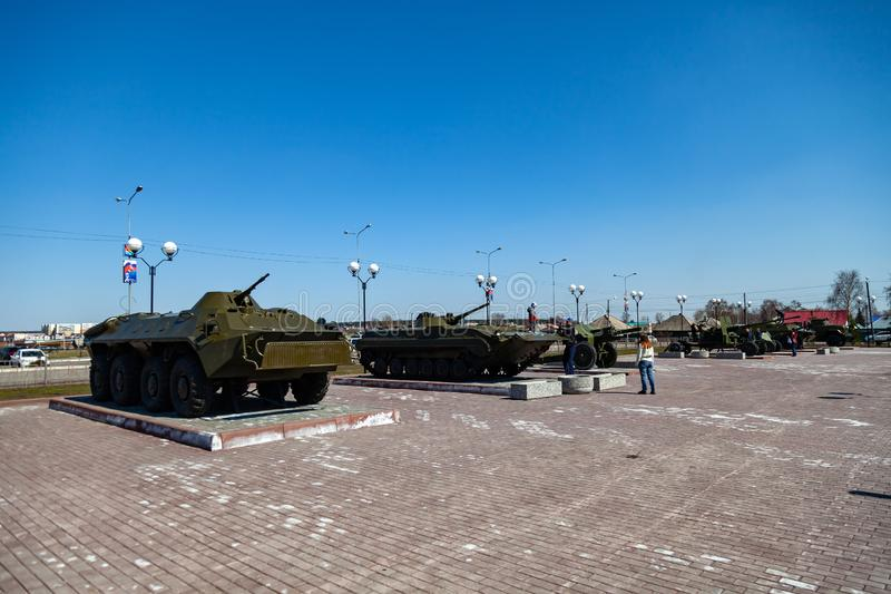 Équipement militaire sur le monument en l'honneur de la mémoire de la guerre, des réservoirs et des armes à feu vertes un jour cl photo libre de droits