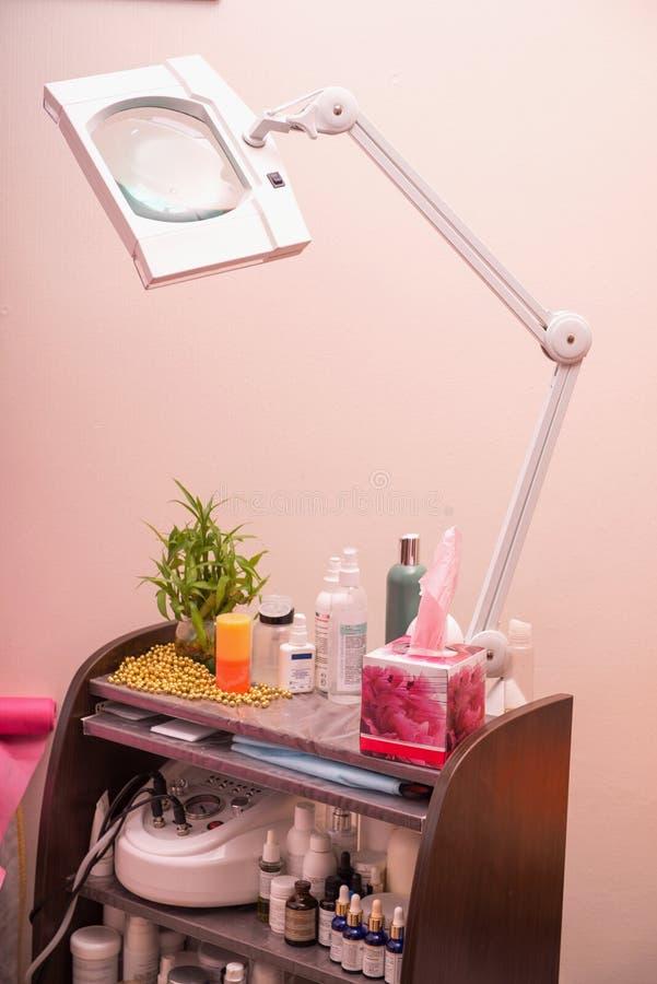 Équipement moderne de cosmétologie dans la station thermale saine de beauté image stock