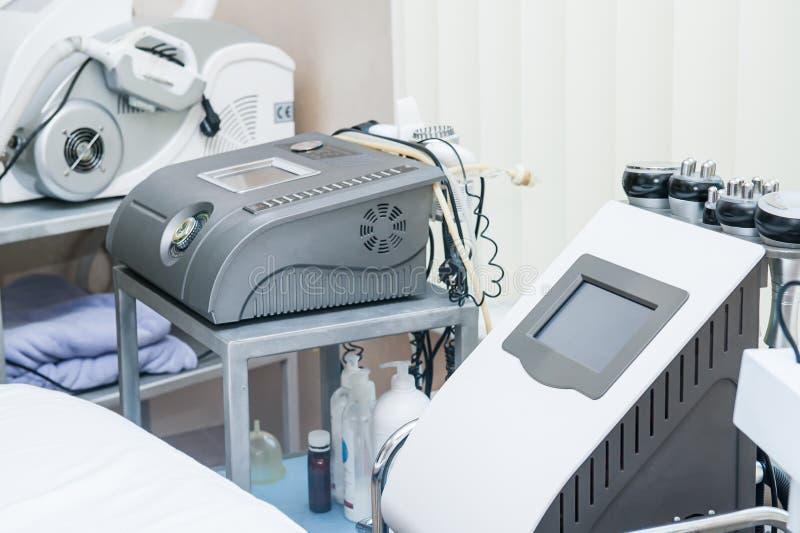 Équipement moderne de massage de laser dans le salon de beauté ou la clinique de physiothérapie Foyer sélectif Concept sain de st photos stock