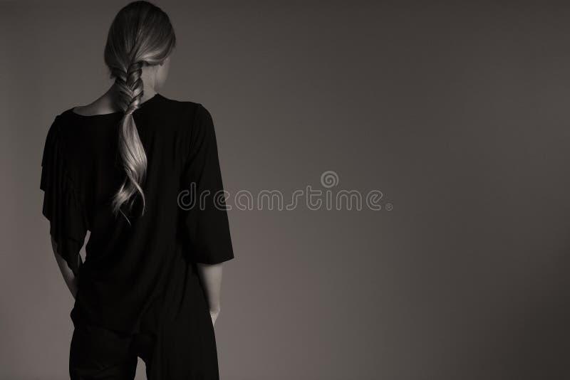 Équipement noir élégant pour des femmes dans le studio, coiffuree moderne image libre de droits