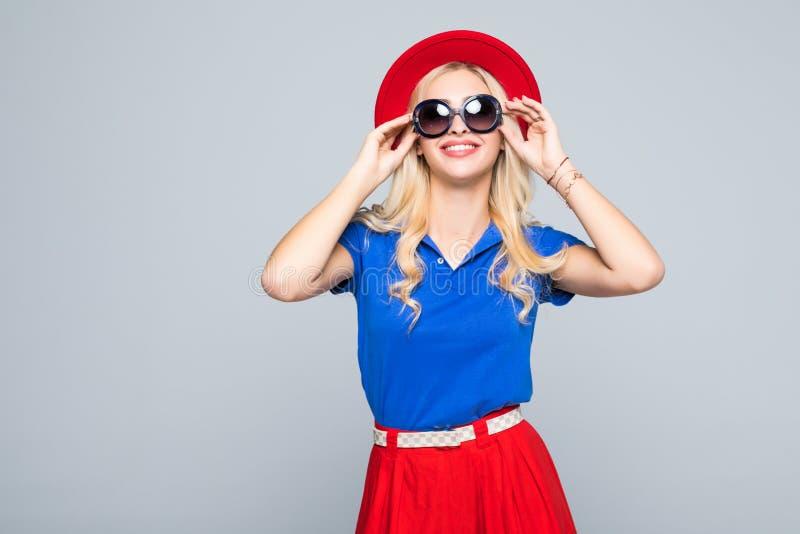 Équipement occasionnel à la mode de sourire de mode de fille de hippie au printemps ou automne d'isolement sur le fond gris image stock