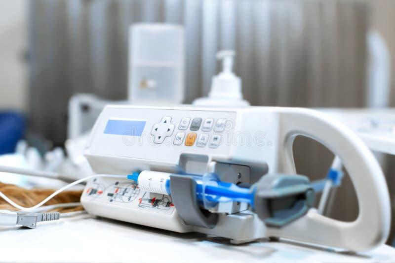 Équipement pour l'anesthésie et l'anesthésie Pompe de seringue pour l'anasteria dans la salle d'opération L'opération dans le vét photo libre de droits
