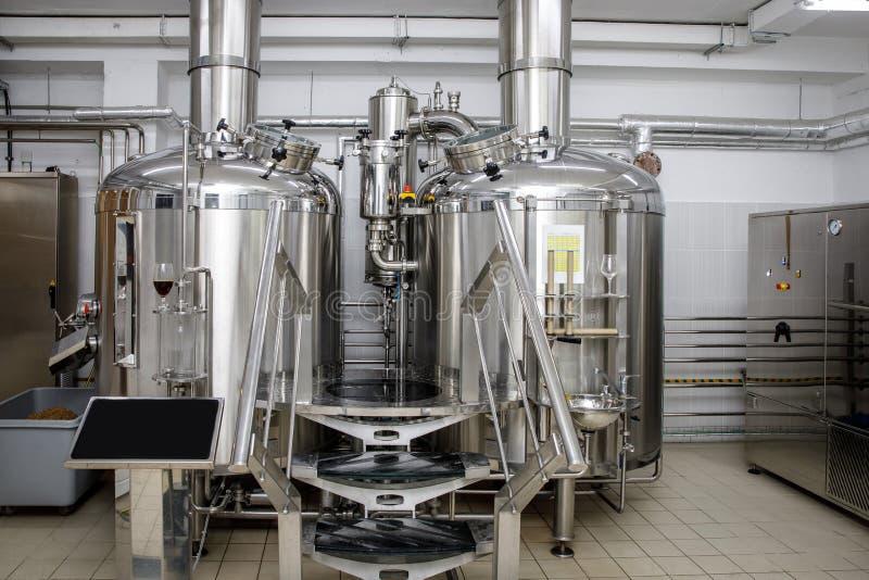 Équipement pour la bière de brassage Production de bière de métier images stock
