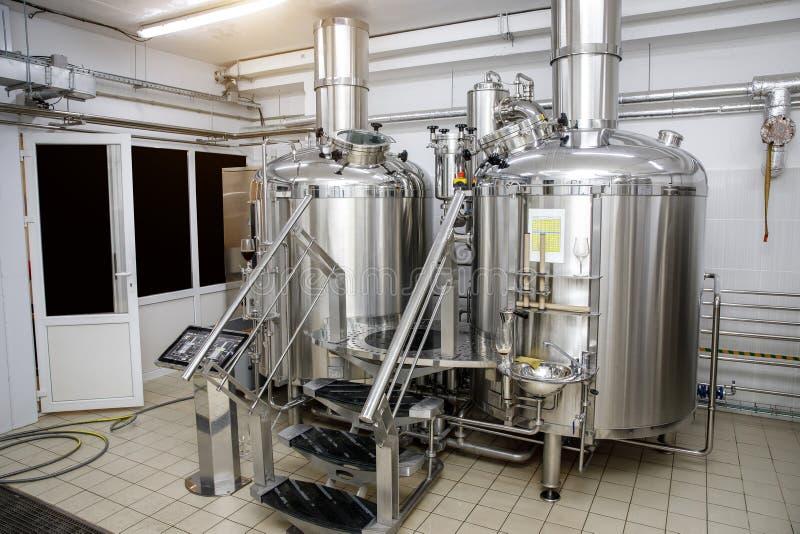 Équipement pour la bière de brassage Production de bière de métier photos stock