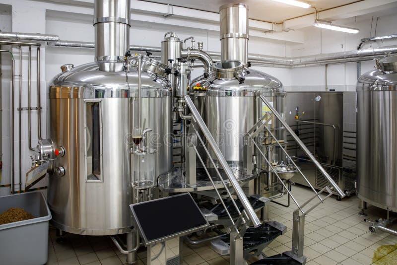 Équipement pour la bière de brassage Production de bière de métier photos libres de droits