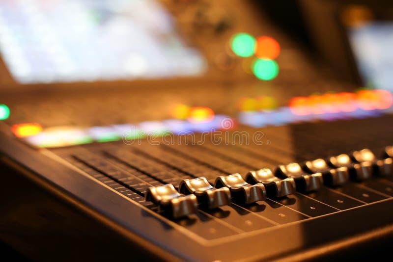 Équipement pour le contrôle de mixeur son dans la chaîne de télévision de studio, audio a image stock
