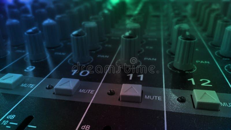 Équipement sain audio d'égaliseur dans le festival de partie de boîte de nuit de concert images stock