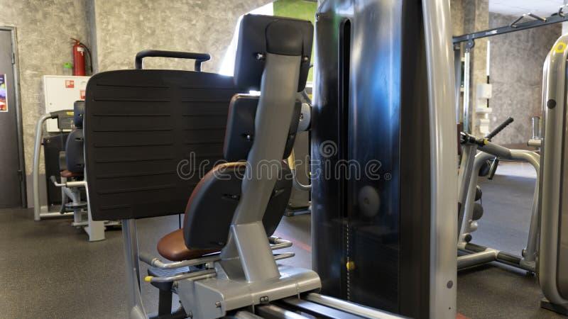 Équipement se reposant de presse de jambe dans le gymnase de sport photo stock