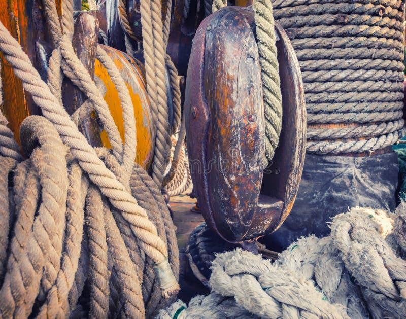 Équipement sur la plate-forme d'un vieux bateau de navigation photos libres de droits