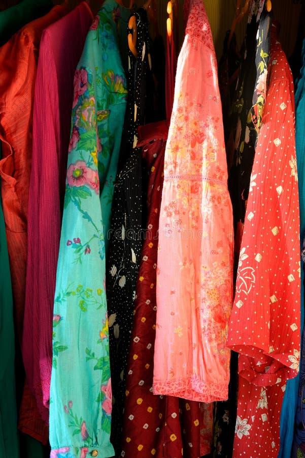 Équipements d'été accrochant dans le cabinet photographie stock