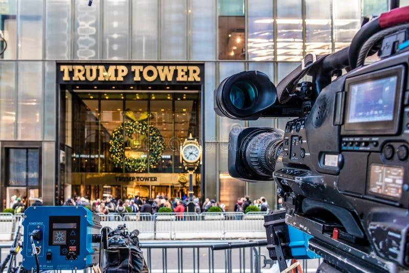 Équipements d'appareil-photo de media enregistrant l'avant de la tour d'atout, résidence de président désigné Donald Trump - New  photographie stock