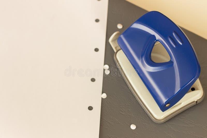 Équipements de bureau - perforateur de trou photos libres de droits