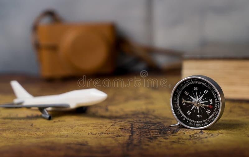 Équipements de transports aériens de vintage avec la rétro boussole et l'appareil-photo pour le voyage photos stock