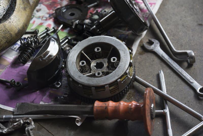 Équipements pour réparer la moto photographie stock