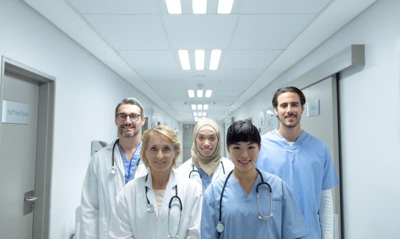 Équipes médicales se tenant avec des bras croisés dans le couloir à l'hôpital image libre de droits