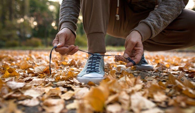 Équipez être prêt pour les chaussures courantes de sport de laçage photographie stock libre de droits