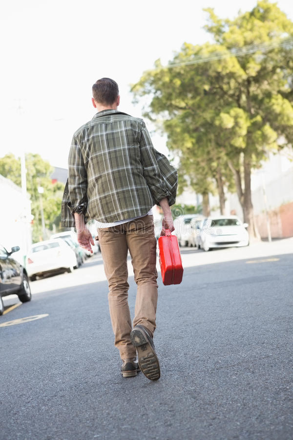 Équipez apporter la boîte métallique d'essence à une voiture décomposée photo libre de droits