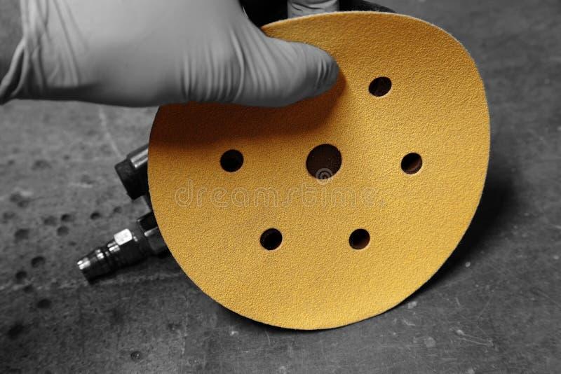 Équipez attacher un disque de ponçage à une ponceuse orbitale photos libres de droits