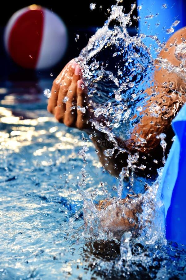 Équipez avoir l'amusement dans une piscine portative photo libre de droits
