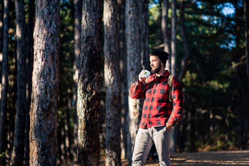 Équipez avoir la tasse de café dans les bois photo libre de droits