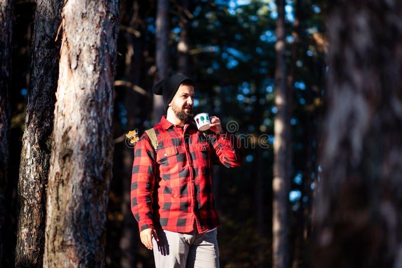 Équipez avoir la tasse de café dans les bois photographie stock